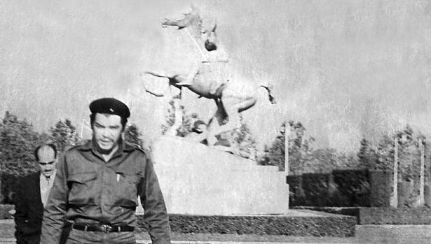 El Che Guevara, en la Ciudad Universitaria madrileña, durante una visita a Madrid en 1959