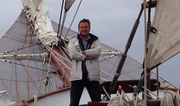 Conde, en la proa del buque Juan Sebastián de Elcano