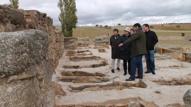 La diputada Ángeles García y el alcalde de Orgaz, Tomás Villarrubia, durante una visita al yacimiento junto al arqueólogo Jorge Morín