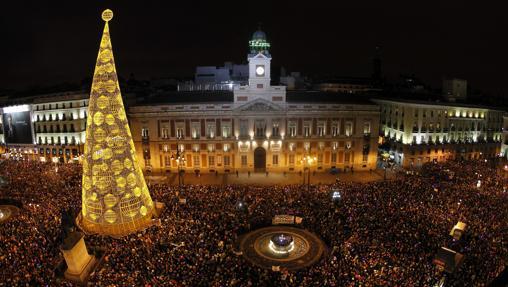 Cientos de personas dan la bienvenida al nuevo año en la Puerta del Sol