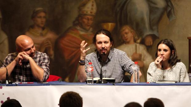 García Molina, Pablo Iglesias e Irene Montero, en el castillo de San Servando de Toledo
