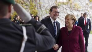 El caluroso abrazo de Obama a Rajoy en la Cumbre de Berlín: «¡Por fin!»
