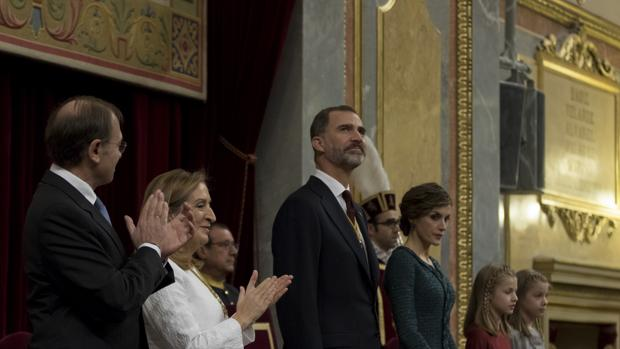 Don Felipe fue recibido con una ovación larguísima, casi emocionante