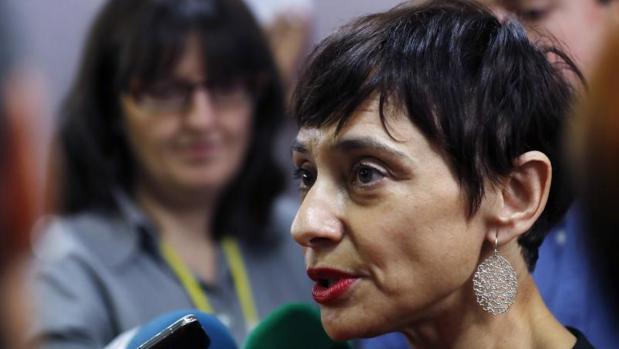 La diputada socialista Rocío de Frutos responde a las preguntas de los periodistas en los pasillos del Congreso horas antes de la sesión de investidura en la que votó «no» a Mariano Rajoy