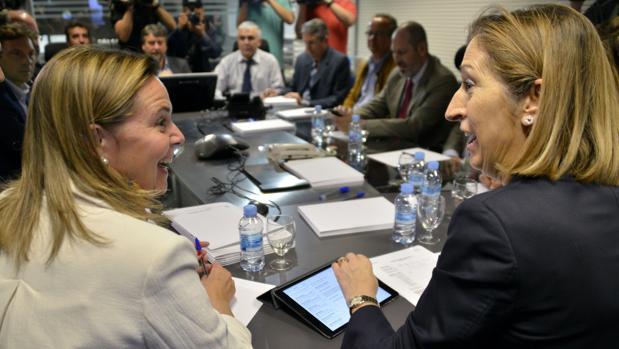 María Salom, junto a la actual presidenta del Congreso, Ana Pastor, en una imagen de 2015