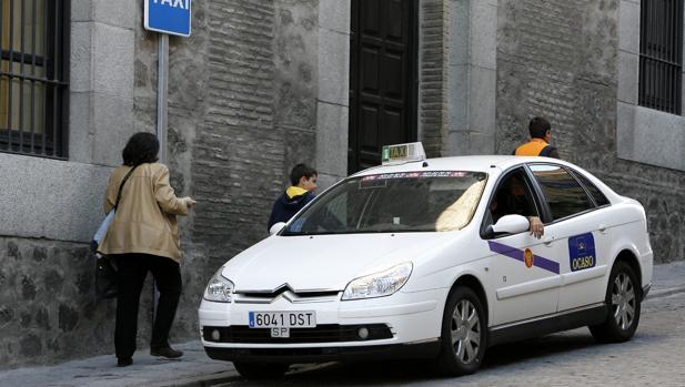 La Junta analiza un primer borrador para regular las funciones del sector del taxi