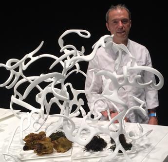 Imagen del chef, junto a «Mar» de Quico Torres y sus platos