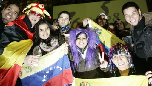Varios venezolanos festejan la entrada del nuevo años en la Puerta del Sol