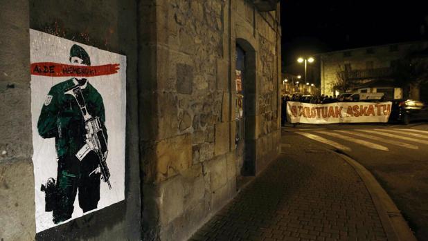 Cartel colocado en Alsasua con la frase «Alde Hemendik-Fuera de aqui» tras la detención de varios jóvenes en varias localidades por la agresión a los dos agentes de la Guardia Civil en octubre