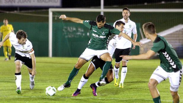 Una jugada del partido entre el Toledo y el Gernika en el Santo del Caballo