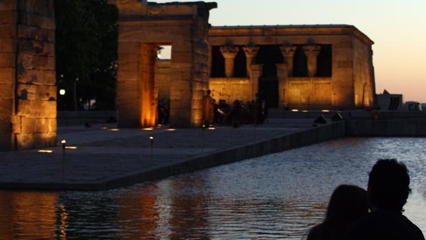 Una pareja observa el Templo de Debod al anochecer