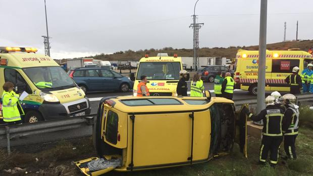 Los bomberos y las ambulacias en el lugar del accidente