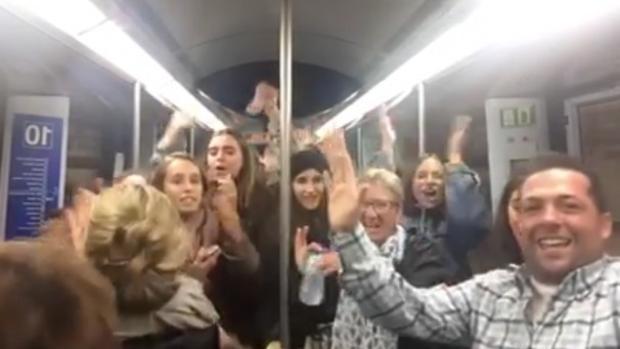 Captura del baile de La Bicicleta en el Metro de Madrid