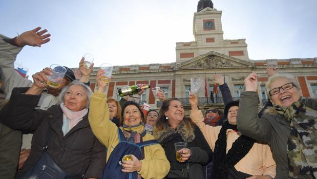 Varias personas festejan el aniversario del reloj en la Puerta del Sol