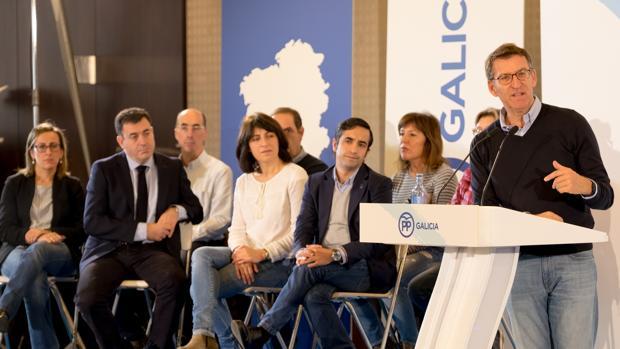 El presidente de la Xunta y del PPdeG, Núñez Feijóo, escoltado por varios conselleiros de su gobierno