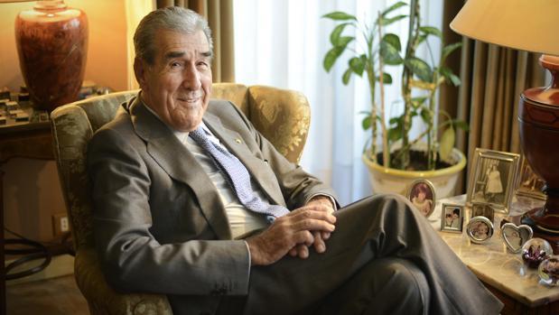 Fernando Suárez posa para ABC en su domicilio