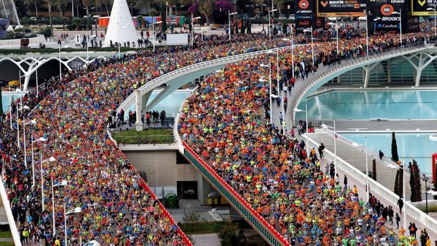 Vista de los miles de corredores que han participado este domingo en el maratón