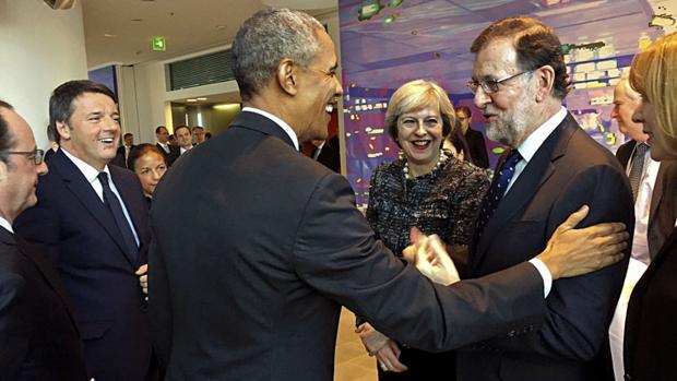 Obama saluda cariñosamente a Rajoy durante la cumbre de Berlín