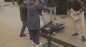 En imágenes: Así han apaleado un grupo de nazis a un vagabundo en el homenaje a Franco