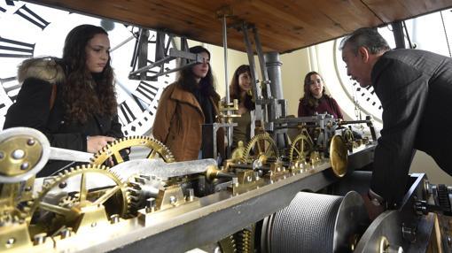 Cuatro de los jóvenes, junto al relojero en lo alto de la torre