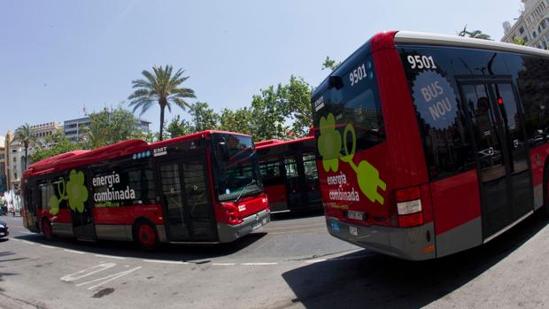 Imagen de archivo de varios autobuses de la EMT