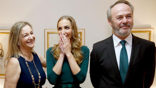 Imagen de Raquel Alario, fallera mayor de Valencia 2017, junto a sus padres
