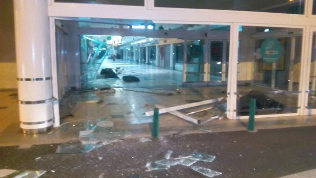 Estado en que quedaron las cristaleras del centro comercial asaltado por los ladrones en Utebo (Zaragoza)