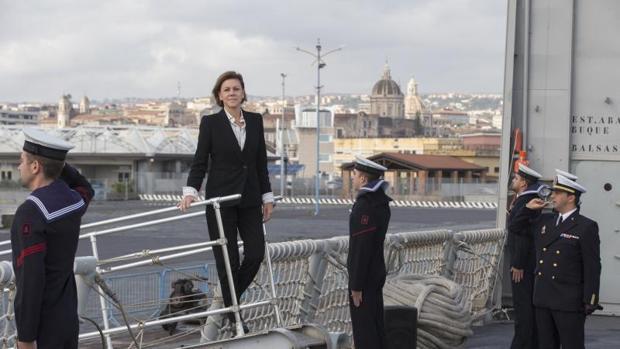 Cospedal visitó el viernes la fragata F-85 Navarra en mision Eunavfor Med Sophia. en el puerto de Catania