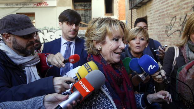 Esperanza Aguirre responde a los periodistas a su llegada a un acto público