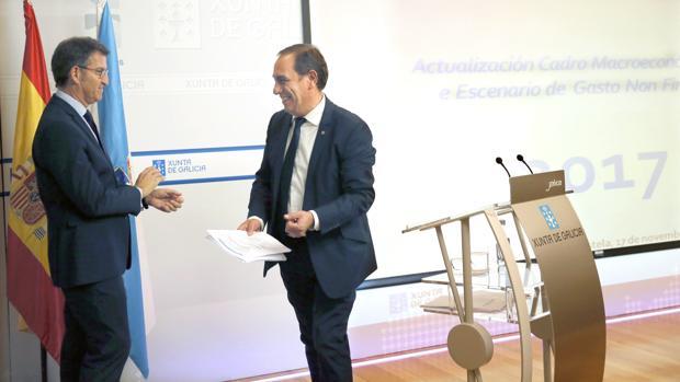 Núñez Feijóo, junto al conselleiro de Facenda, Valeriano Martínez