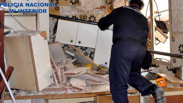 Uno de los expertos de la Policía, durante la inspección del domicilio en el que se produjo la explosión