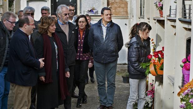Ofrenda de flores a la tumba de Ernest Lluch en el XVI aniversario de su muerte