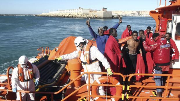 Llegada al puerto de Tarifa de diez subsaharianos