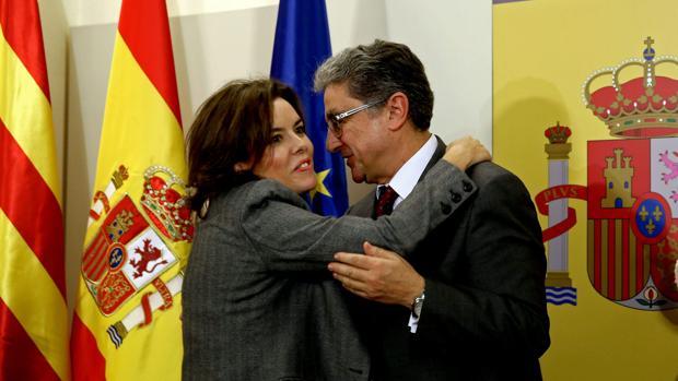 Enric Millo, junto a Soraya Saez de Santamaría, tras tomar posesión de su cargo