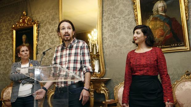 Pablo Iglesias, junto a la secretaria general de Podemos en Navarra Laura Pérez, el pasado mes de abril