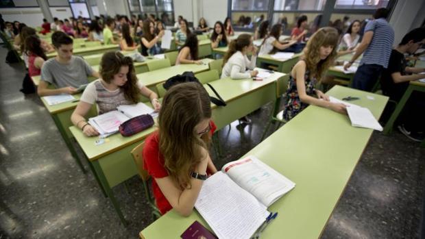 Estudiantes en un examen de acceso a la Universidad en Valencia