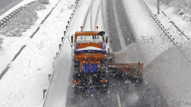 Máquina quitanieves limpiando una autovía tras una intensa nevada