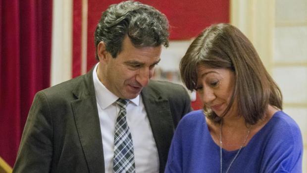 Francina Armengol conversa con el diputado del PP Gabriel Company