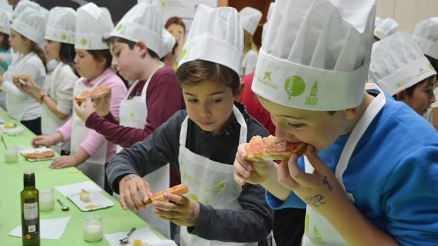 Escolares cocinando y disfrutando en la Escuela de Hostelería