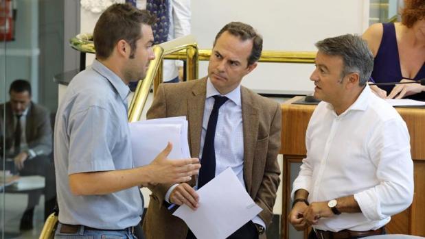 Castillo, con diputados de la oposición durante un Pleno de la Diputación alicantina