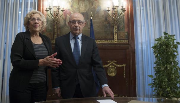 Manuela Carmena y Cristóbal Montoro, en el Ministerio de Hacienda