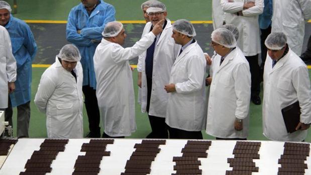 Pedro López atiende a una visita institucional de la Generalitat a Chocolates Valor