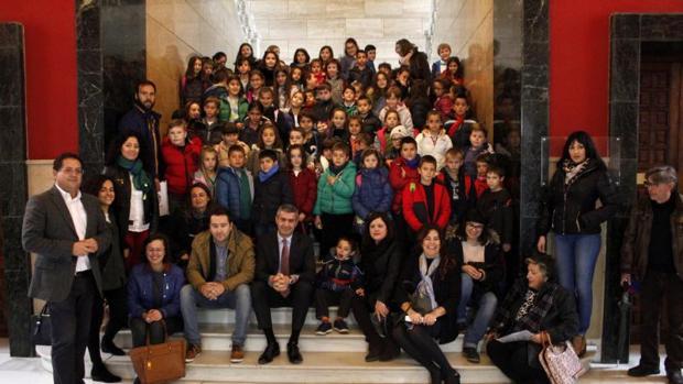 Los niños de Villanueva de Alcardete y Quero «asaltaron» ayer la Diputación de Toledo