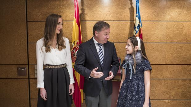 Imagen de la reunión que ha tenido lugar esta mañana entre Moragues y las Falleras Mayores