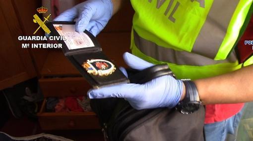 Placas de polícia falsas utilizadas por los ladrones de la banda