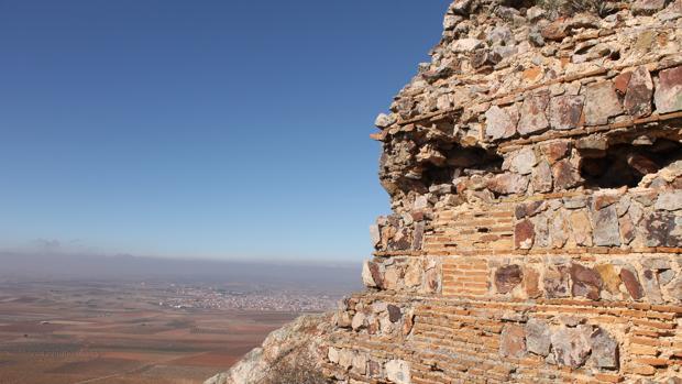 Una de las estructuras que se están estudiando en el cerro de Malvecino. Al fondo, el municipio de Mora