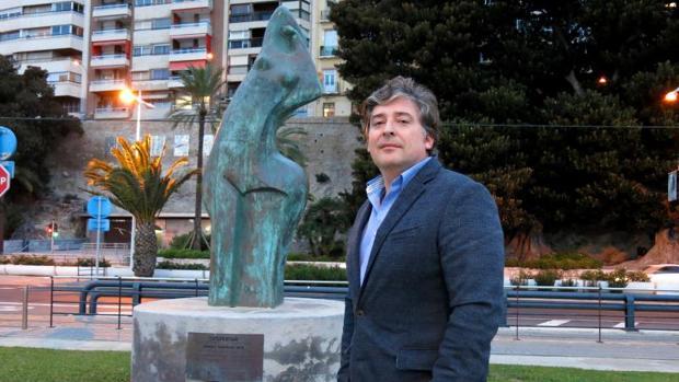 Martín Sanz, junto a la escultura «Despertar», de Margot, uno de los personajes de su libro