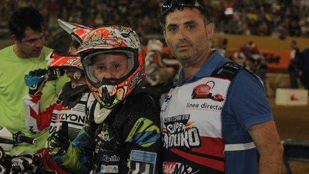 Manuel , acompañado de su padre, Ángel