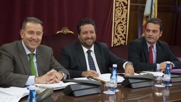 Imagen de Javier Moliner, en el centro, durante el pleno de la Diputación de Castellón celebrado este martes