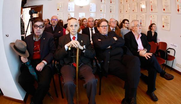 Imagen de los ganadores de los Jaime I junto a Santiago Grisolía